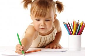 Девочка с кисточкой рисует
